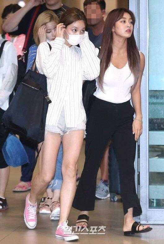 Nayeon ve Jihyo havaalanında sade giyindi
