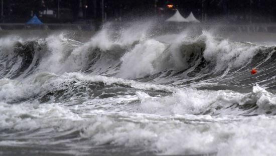 Wheein tehlikeli tayfun sırasında Mamamoo'nun şarkısının reklamını yaptığı için eleştirildi