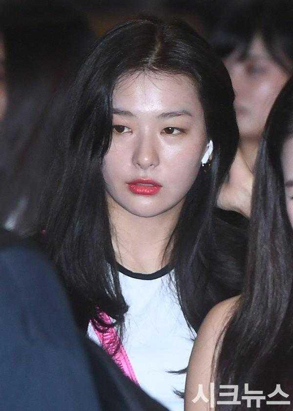 Seulgi havaalanında yüzü şiş görüntülendi