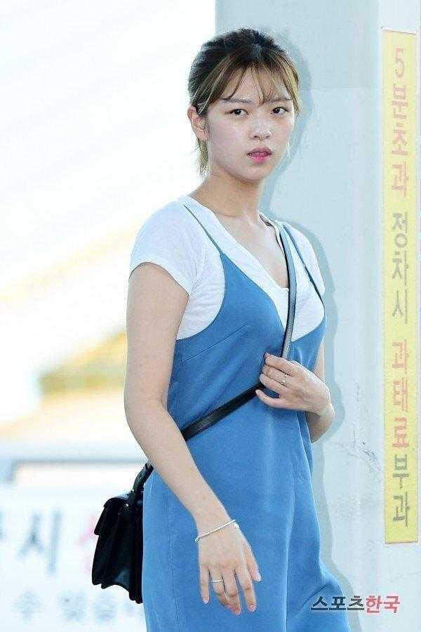 Jungyeon havaalanında sıcaktan bitkin düşmüş görünüyor