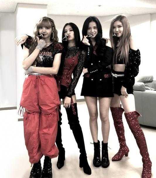 Yang Hyun Suk Black Pink'i kuliste ziyaret etti