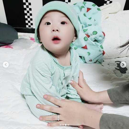 Choi Minhwan ve Yulhee şirin oğullarının fotoğraflarını paylaştı