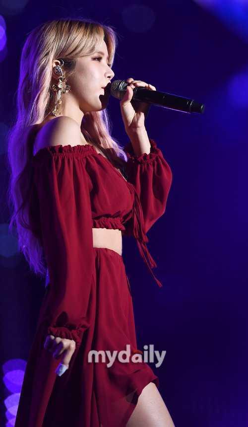 Solar kırmızı elbisesiyle sahnede seksi görünüyor