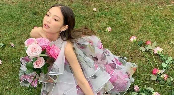 Jennie çiçeklerin ortasında poz verdi