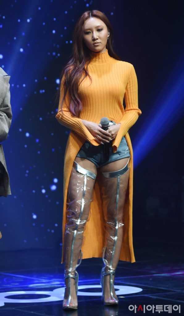 Hwasa Mamamoo dönüşü için plastik çizme giydi