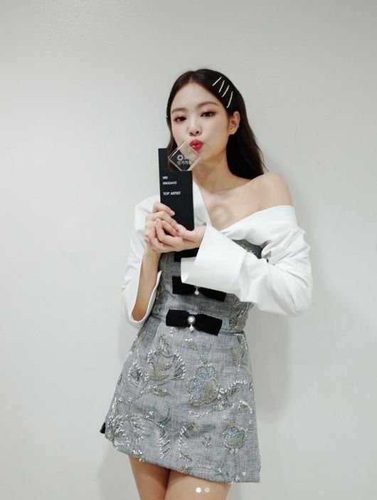 Jennie 'Inkigayo' ödülüyle poz verdi