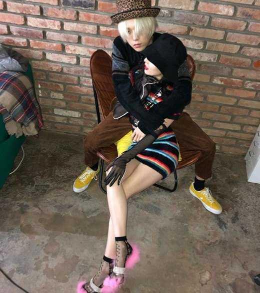 Hyuna ve E'Dawn fotoğraf çekimi gibi pozlar verdi