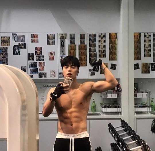 Go Junhee yeni resimlerinde kaslı vücudunu sergiledi