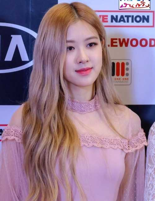 [THEQOO] İsmine yakışan renkte elbiseler giyen Rose