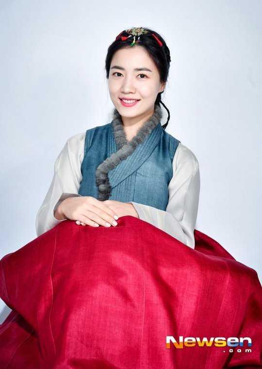 Ryu Hwayoung hanbok giyerek ay yılını kutladı