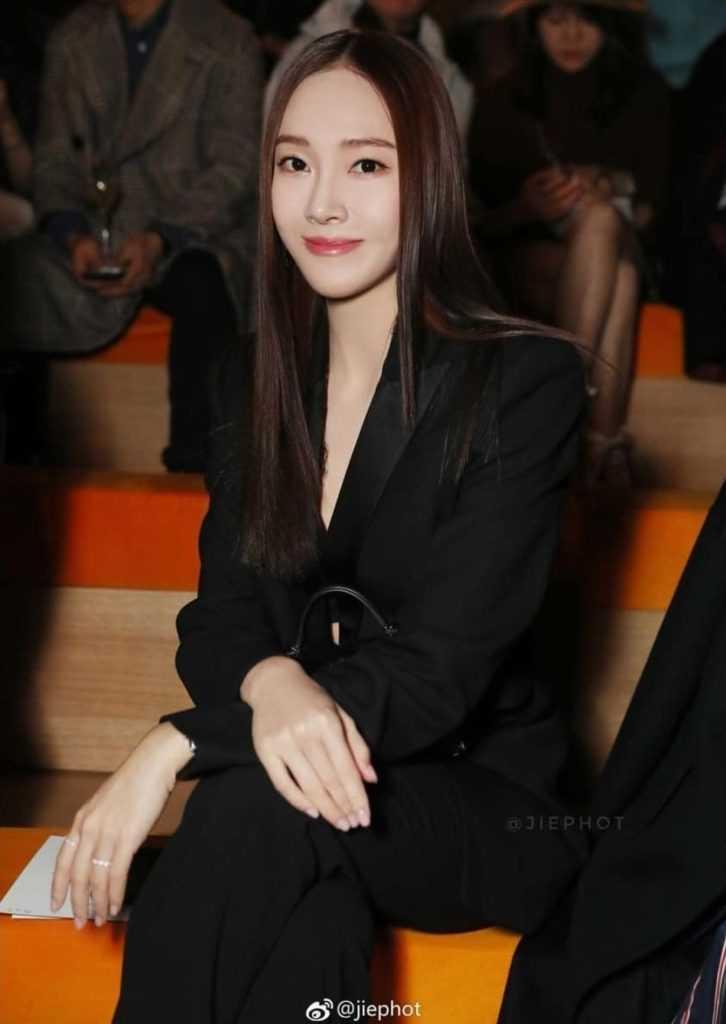 [THEQOO] Saçlarını tam ortadan ayırmış Jessica