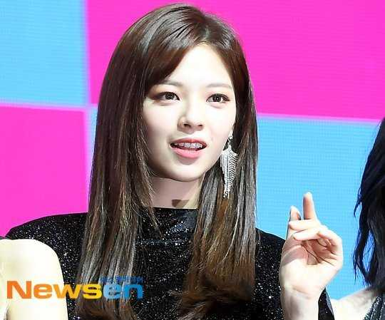 Twice Jungyeon grubun çıkışından beri ilk kez uzun saç kullandı