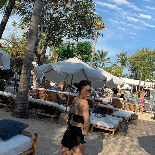 Red Velvet Yeri, havuz kenarında tatil yaptı