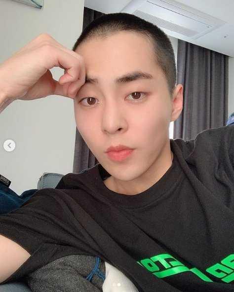 Xiumin askere gitmeden bir gün önce kestirdiği saçlarını gösterdi