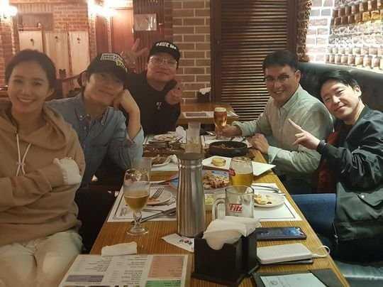 Ji Sung, Yuri'nin tiyatro şovunu ziyaret edip desteğini gösterdi