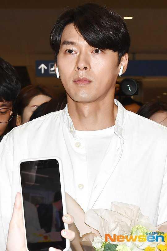 Hyun Bin havaalanında airpods ile görüntülendi