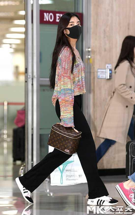 ITZY Lia havaalanında lüks markalar giyerken görüntülendi