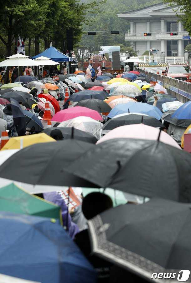 Kadınlar, Burning Sun skandalını Mavi Saray önünde protesto etti