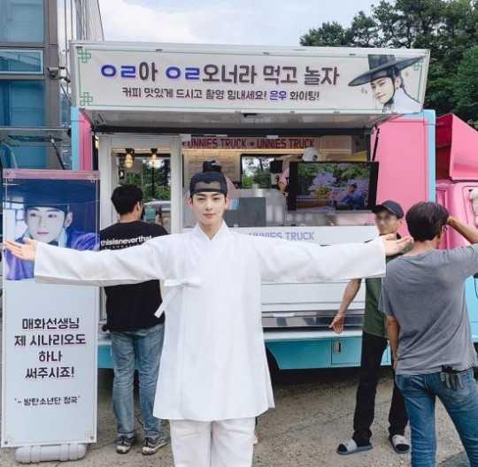 BTS Jungkook, Cha Eunwoo'nun dizi setine yemek kamyonu gönderdi