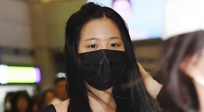 Jang Wonyoung havaalanında makyajsız yüzünü maske ile gizledi