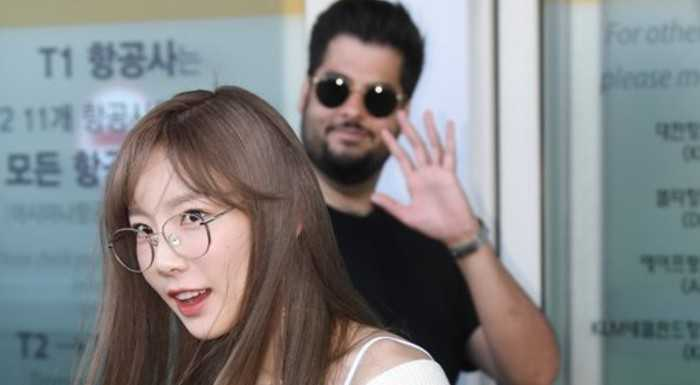Bir turist, Taeyeon'un gazeteci fotoğrafına photobomb yaptı