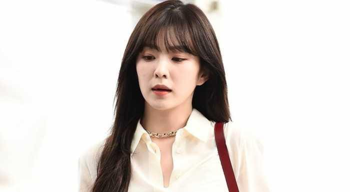 Irene havaalanında iş kadını gibi görünüyor