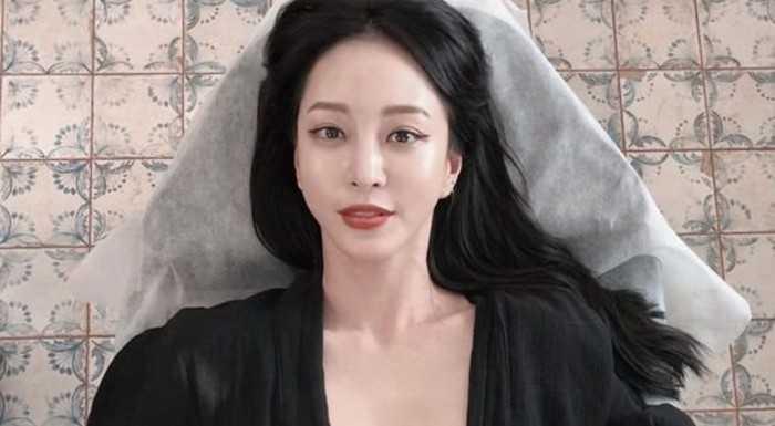 Han Ye Seul göğüs dövmesini gösterdi