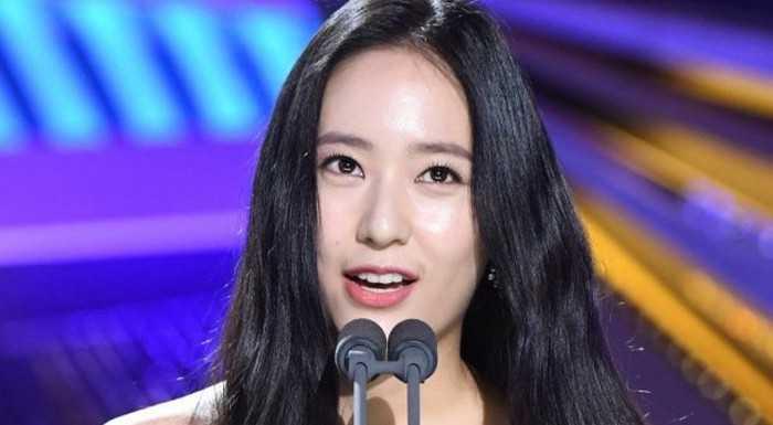 Krystal, Blue Dragon film ödüllerinde sunuculuk yaptı