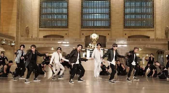 "BTS ""The Tonight Show Starring Jimmy Fallon"" programında ""ON"" performansı sergiledi"