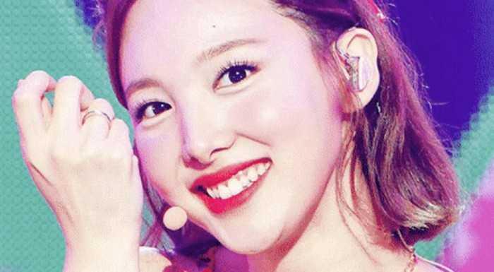 [THEQOO] Nayeon'un bugünkü kırmızı sahne kıyafeti