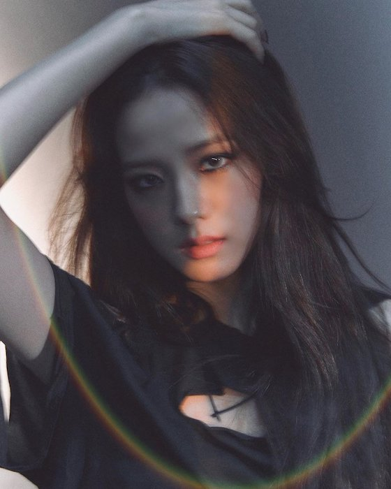doesnt jisoo really suit smokey makeup 4