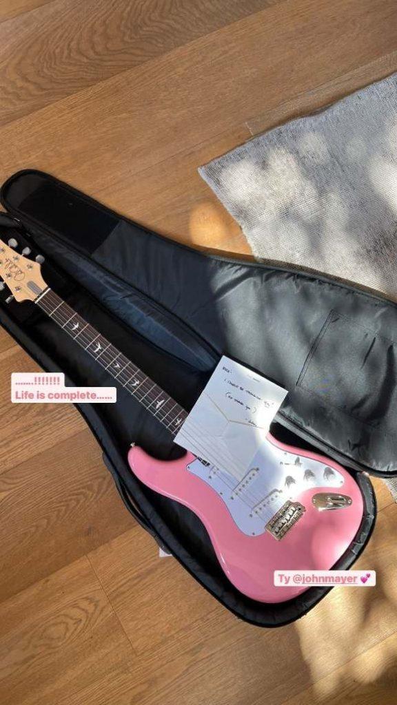 john mayer gives a guitar to blackpinks rose 1